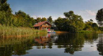 luxury cabins in the cotswolds <br>log house holidays